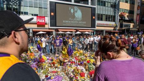 Lakers-Fans gedenken Kobe Bryant und Tochter Gianna.