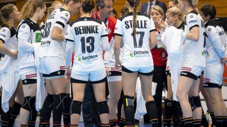 Bundestrainer Henk Groener (M) und den Handball-Frauen droht eine schweren EM-Vorrunde.
