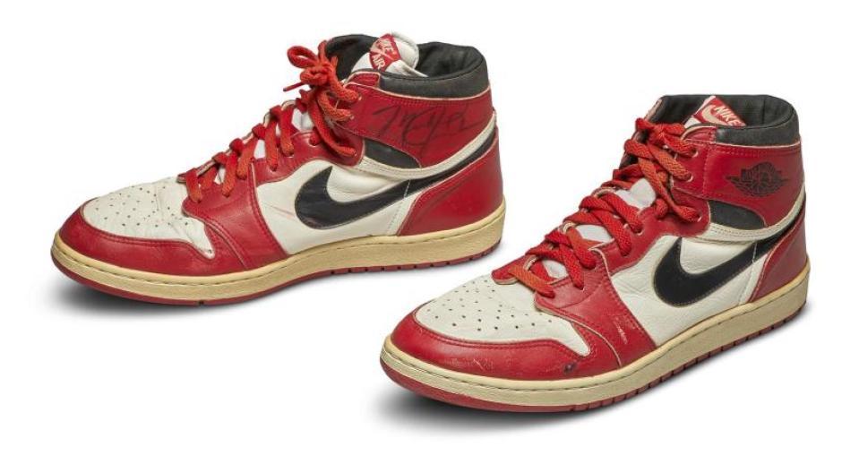"""The """"Nike Air Jordan 1S""""Basketball legend Michael Jordan sneakers sold for $ 560,000."""