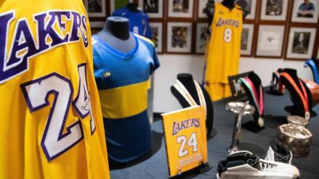 Ein Trikot des verstorbenen US-Basketballers Kobe Bryant wird zusammen mit weiteren Erinnerungsstücken in einem Ausstellungsraum vor der Auktion gezeigt.