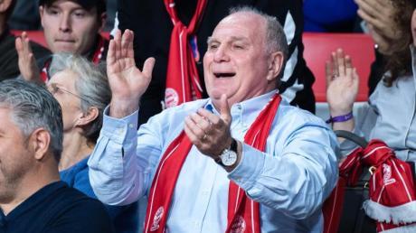 Uli Hoeneß verfolgt ein Spiel der Korbjäger des FC Bayern.