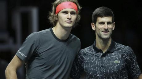 Alexander Zverev (l) und Novak Djokovic schlagen bei der Adria Tour auf.