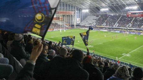Über 20.000 Fans haben in Neuseeland das erste Rugby-Spiel seit drei Monaten mit Zuschauern bejubelt.