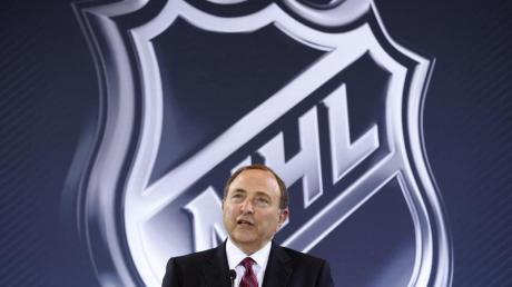 NHL-Commissioner Gary Bettman vor dem NHL-Logo während einer Pressekonferenz.