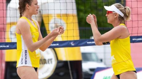 Haben die erstmals ausgespielte Beach-Liga gewonnen: Karla Borger (r) und Svenja Müller jubeln nach einem Punktgewinn.