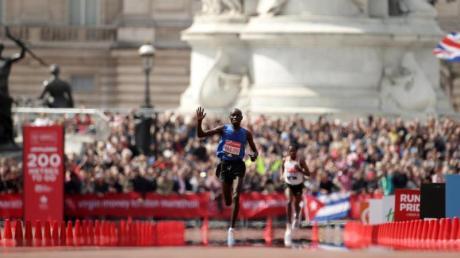 Soll verbotene Substanzen verwendet haben: Der Kenianer Daniel Wanjiru bei seinem Sieg in London.