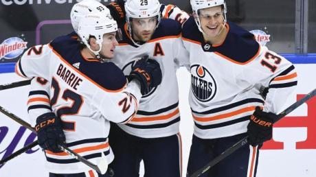 Leon Draisaitl (M) stellte beim Oilers-Erfolg gegen Toronto die Weichen auf Sieg.