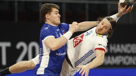 Der Franzose Kentin Mahe (r) kommt gegen die Abwehr von Islands Elvar Orn Jonsson zum Torwurf.