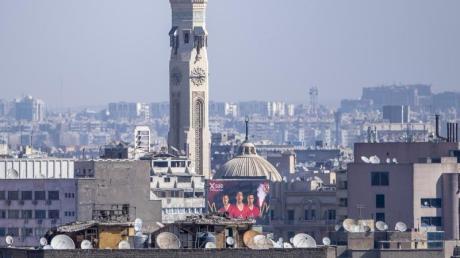 WM-Gastgeber Ägypten wurde von Deutschland als Hochrisikogebiet eingestuft: Eine Plakat zur WM ist im Stadtzentrum von Kairo zu sehen.