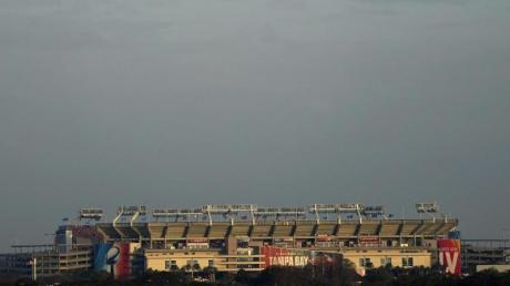 Das Raymond James Stadium ist in der Ferne zu sehen. Dort findet das Superbowl-Footballspiel zwischen den Tampa Bay Buccaneers und den Kansas City Chiefs statt.