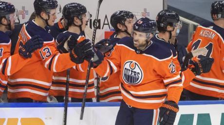 Leon Draisaitl (vorne) musste mit den Edmonton Oilers eine Niederlage gegen Calgary hinnehmen.