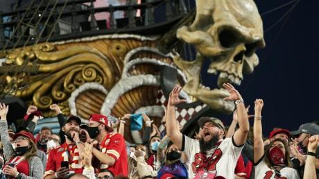 Fans verfolgen das Spiel - teilweise ohne Masken zu tragen.