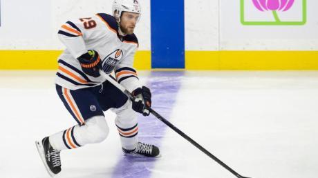 Leon Draisaitl von den Edmonton Oilers kontrolliert im Spiel gegen die Senators den Puck.