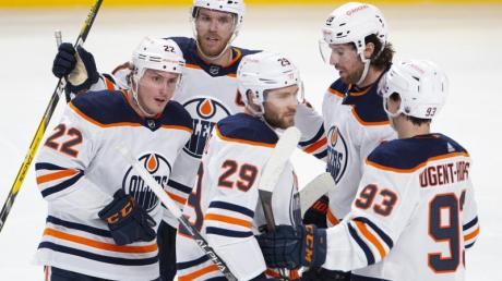 Leon Draisaitl (M) von den Edmonton Oilers jubelt mit seinen Teamkollegen über ein Tor.