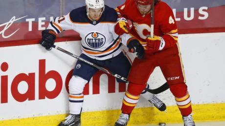Dominik Kahun (l) feierte mit den Edmonton Oilers einen knappen Sieg gegen die Calgary Flames.