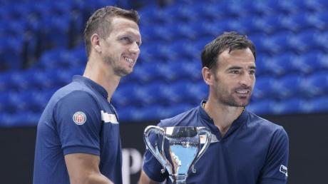 Filip Polasek (links) und Ivan Dodig strahlen über das ganze Gesicht, als sie den Sieger-Pokal bei den Australian Open entgegennehmen. Beide sind in der kommenden Saison beim Tennis-Zweitligisten TC Augsburg gemeldet.