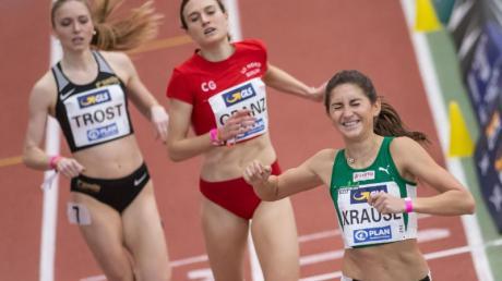 Gesa Felicitas Krause (Sylvesterlauf Trier, r) freut sich über ihren Sieg im Finale über 1500 Meter der Frauen.