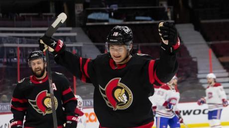 Tim Stützle von den Ottawa Senators freut sich über den Treffer von seinem Teamkollegen Batherson (nicht im Bild).