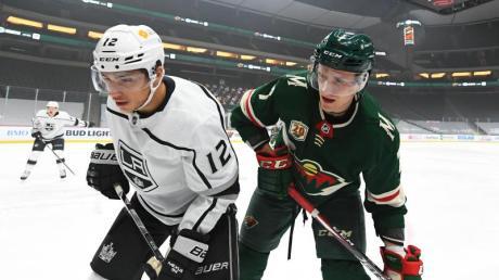 Nico Sturm (rechts) spielt in der NHL mit den Minnesota Wild in den Play-offs.