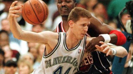 Shawn Bradley (v) bei einem NBA-Spiel 1998.