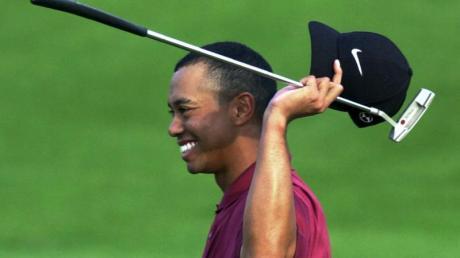 Tiger Woods bejubelt seinen Sieg beim Masters-Golfturnier 2001 im Augusta National Golf Club.