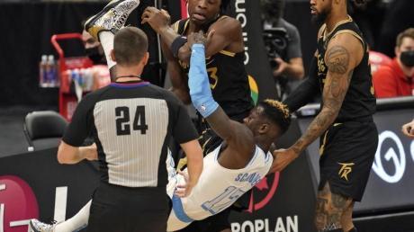 Aufs Kreuz gelegt: Torontos OG Anunoby (hinten) bringt Lakers-Profi Dennis Schröder unsanft zu Boden.