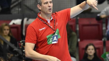 Startet mit einem ausgedünnten Aufgebot in die Vorbereitung auf die WM-Playoffs: DHB-Frauen-Coach Henk Groener.