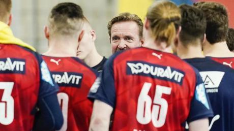 Martin Schwalb, Trainer der Rhein-Neckar Löwen, spricht mit den Spielern.