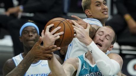 Cody Zeller (vorne) von den Charlotte Hornets, und Kyle Kuzma (hinten) von den Los Angeles Lakers kämpfen um denBall.