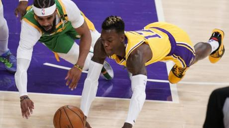 Dennis Schröder (r) von den Los Angeles Lakers und Mike Conley von den Utah Jazz greifen zum Ball.