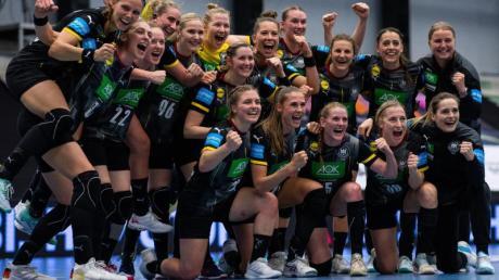 Die deutschen Nationalspielerinnen feiern die geglückte Qualifikation zur WM.