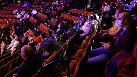 Zuschauer mit Mund-Nasen-Schutz sitzen im Crucible Theatre in Sheffield auf der Tribüne.