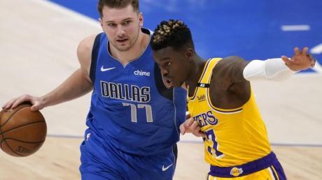 Dennis Schröder (r) von den Los Angeles versucht Mavericks-Star Luka Doncic vom Ball zu trennen.