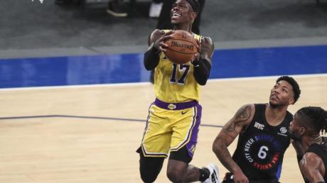Dennis Schröder (M.) von den Los Angeles Lakers sieht sein Team weiterhin als Titelfavorit.