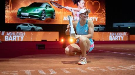 Ashleigh Barty bejubelt ihren Sieg mit dem Pokal.