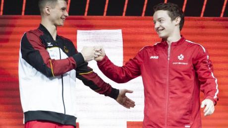 Lukas Dauser (l) und Christian Baumann aus der Schweiz freuen sich auf dem Podium über ihren gemeinsamen dritten Platz.