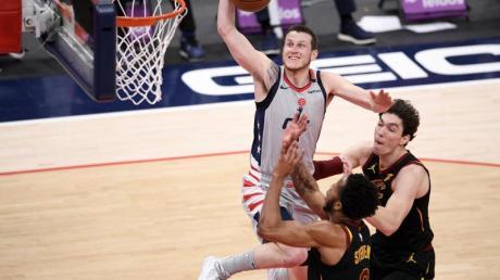 Garrison Mathews (l) von den Washington Wizards setzt zum Wurf an.