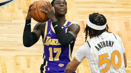 Dennis Schröder (l) von den Los Angeles Lakers setzt zum Wurf an.