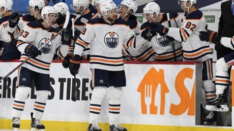 Leon Draisaitl (M) von den Edmonton Oilers feiert sein Tor mit den Teamkollegen.