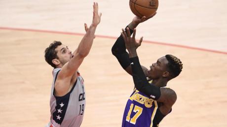 Dennis Schröder (r) von den Los Angeles Lakers gegen Raul Neto von den Washington Wizards.