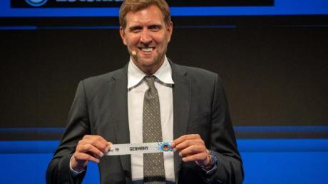 Auslosung für die EM 2022: Dirk Nowitzki hält das Los mit Deutschland.