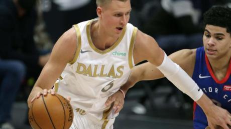 Kristaps Porzingis (l) von den Dallas Mavericks setzt sich gegen Killian Hayes von den Detroit Pistons durch.