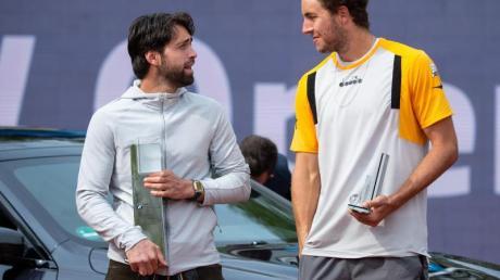 Nikolos Bassilaschwili (l) und Jan-Lennard Struff stehen bei der Siegerehrung zusammen.