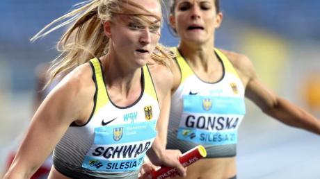 Nadine Gonska (r) übergibt während der 4x400-Meter-Staffel auf Corinna Schwab.