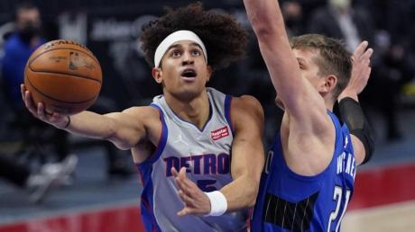 Moritz Wagner (r) verteidigt gegen Frank Jackson von den Detroit Pistons.
