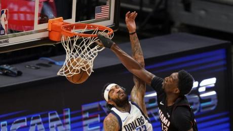 Bam Adebayo (r) von Miami Heat beim Korbwurf gegen Willie Cauley-Stein von den Dallas Mavericks.