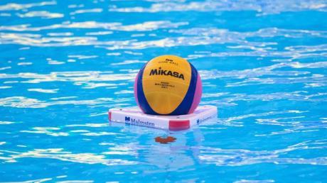 Ein Ball liegt vor Beginn des Spiels im Wasser.