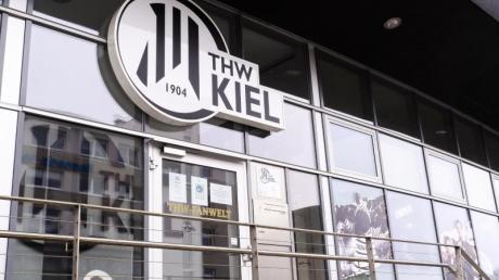 Das Logo des THW Kiel ist über dem Eingang der THW-Fanwelt angebracht.