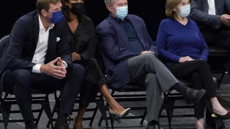 Dirk Nowitzki mit seiner Frau Jessica, Ex-US-Präsident George W. Bush und dessen Frau Laura (l-r) bei einem Spiel der Dallas Mavericks.
