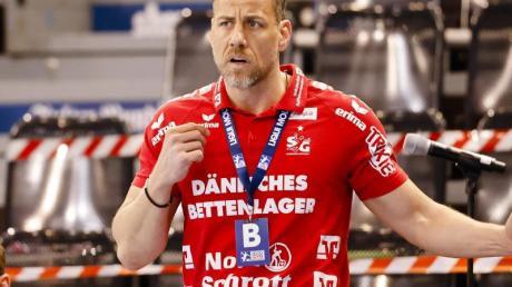 Flensburgs Trainer Maik Machulla steht an der Seitenlinie und gibt seinen Spielern Anweisungen.